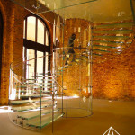 نمای داخلی خانه با پله شیشه ای