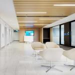 طراحی داخلی اداری با چوب و شیشه